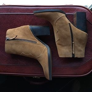 NEW Dolce Vita tan suede Caillin western booties